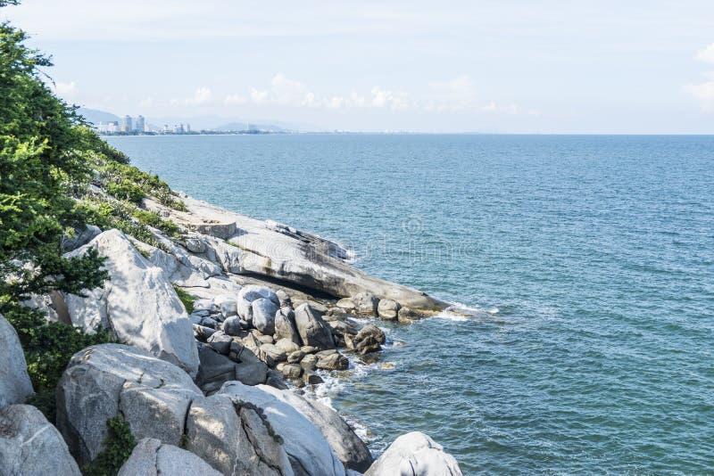Roccia della scogliera sulla montagna con il mare blu immagine stock