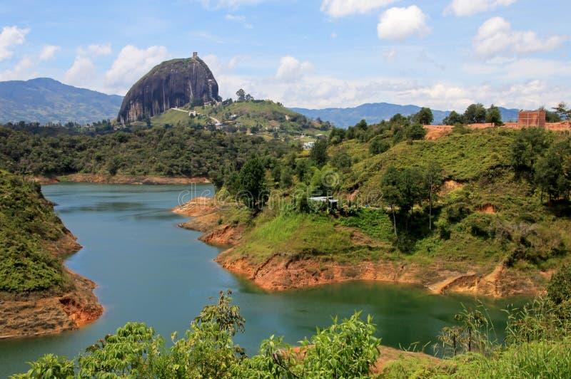 Roccia di Guatape, Piedra De Penol, vicino a Medellin, la Colombia fotografie stock libere da diritti