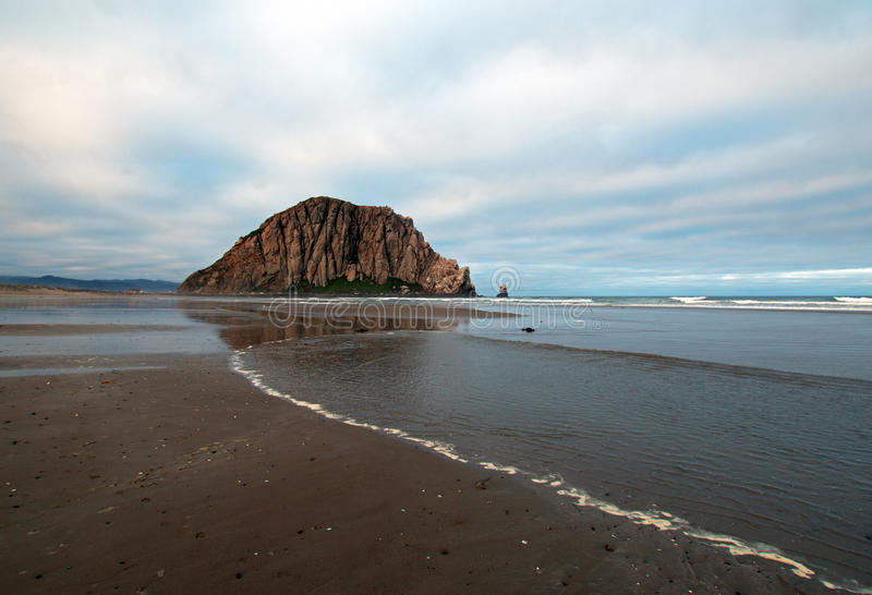 Roccia di Morro ad alba nella vacanza popolare del parco di stato della baia di Morro/posto di campeggio sulla costa centrale di  fotografia stock libera da diritti