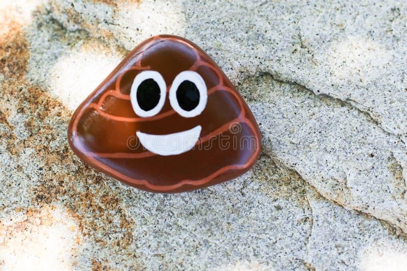 Roccia dipinta del emoji di cacca fotografie stock