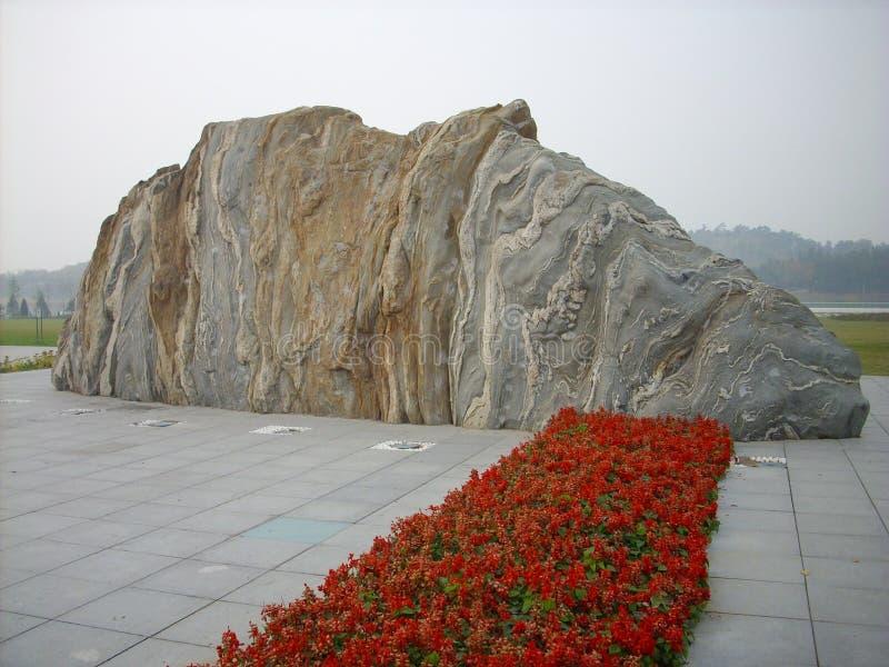 Roccia e fiori fotografia stock