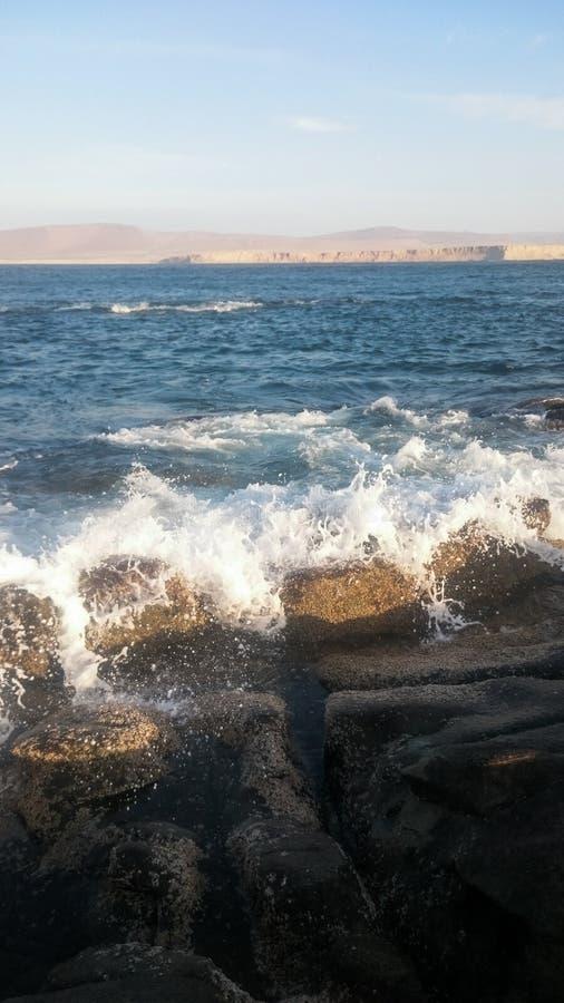 Roccia e spiaggia delle onde fotografia stock