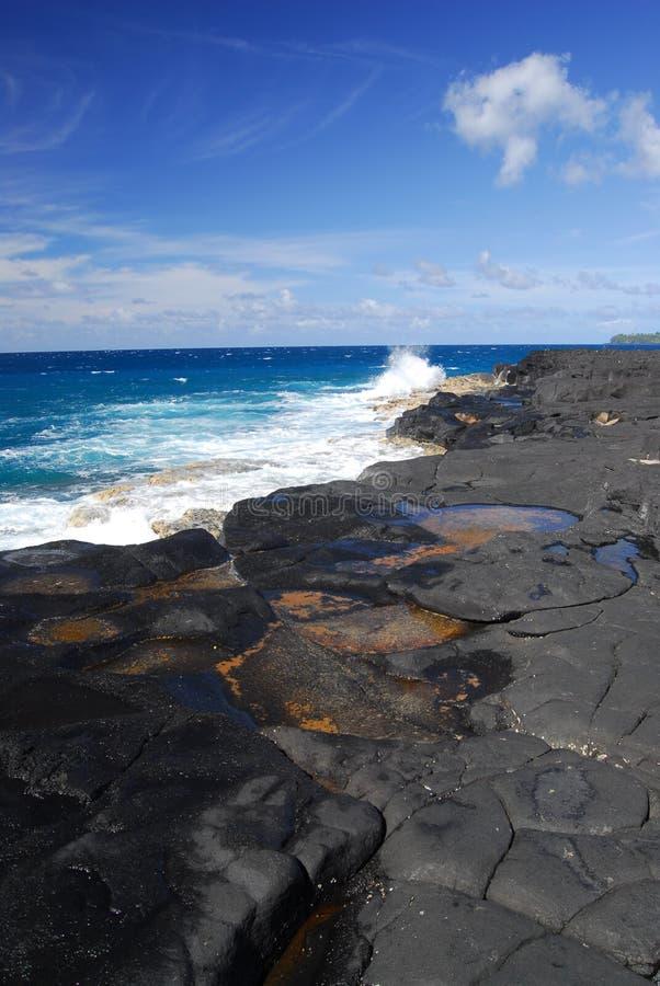 Roccia ed oceano della lava in Hawai immagine stock