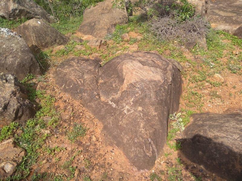 Roccia a forma di del cuore sulla montagna fotografie stock