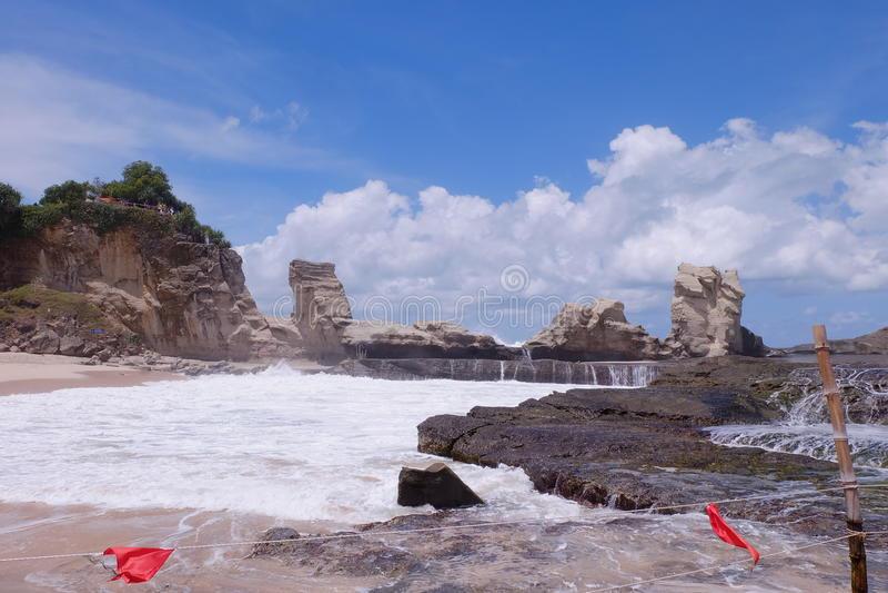 Roccia nella spiaggia immagine stock