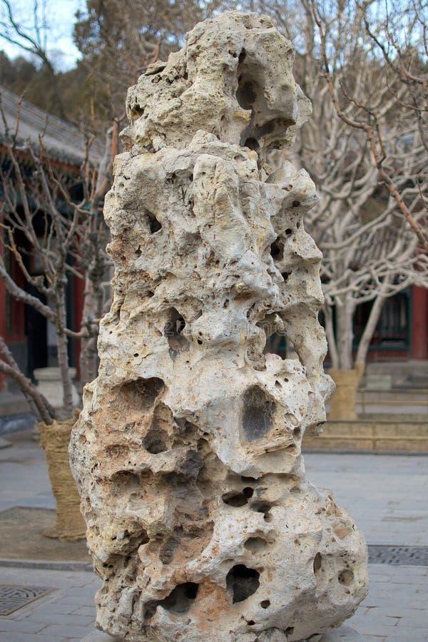 Roccia porosa ornamentale che decora il giardino imperiale del palazzo di estate a Pechino Cina fotografia stock
