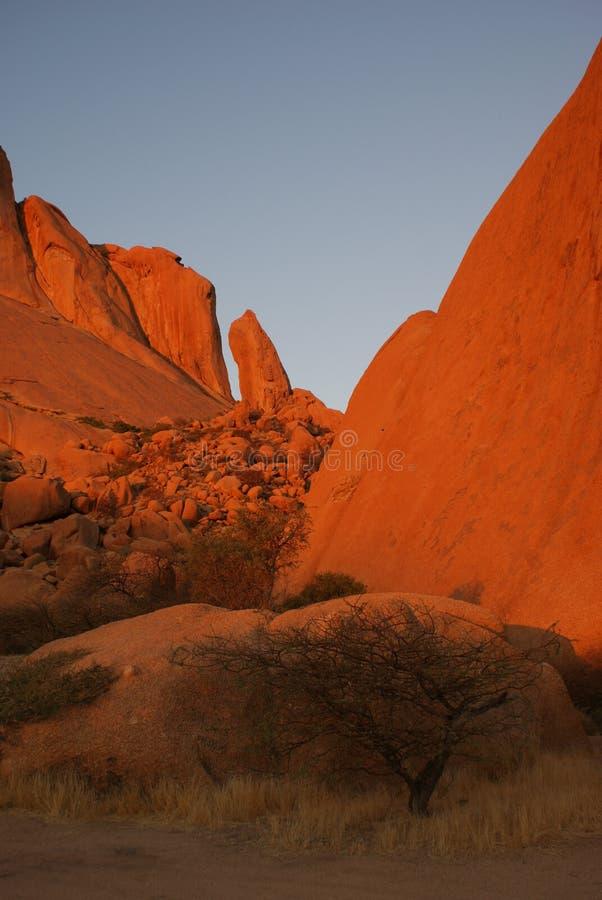 Roccia rossa vicino a Spitzkoppe in Namibia fotografia stock libera da diritti