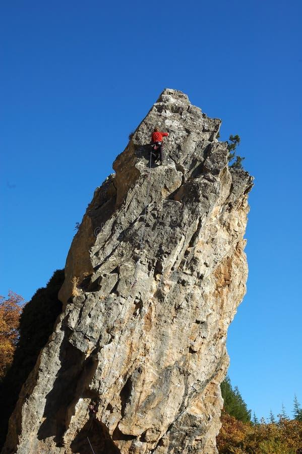 Roccia-scalatori sulle rocce della Crimea immagini stock