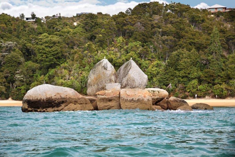 Roccia spaccata del Apple nella sosta nazionale di Abel Tasman immagini stock
