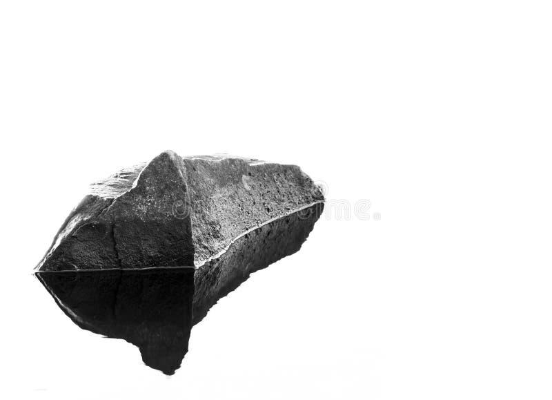 Roccia su acqua con la riflessione immagine stock