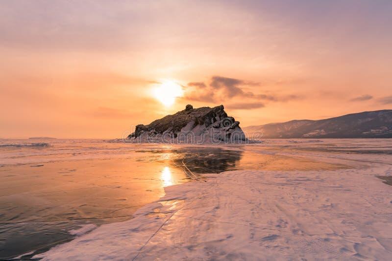 Roccia sul glassare ghiaccio il lago Baikal Russia fotografia stock libera da diritti