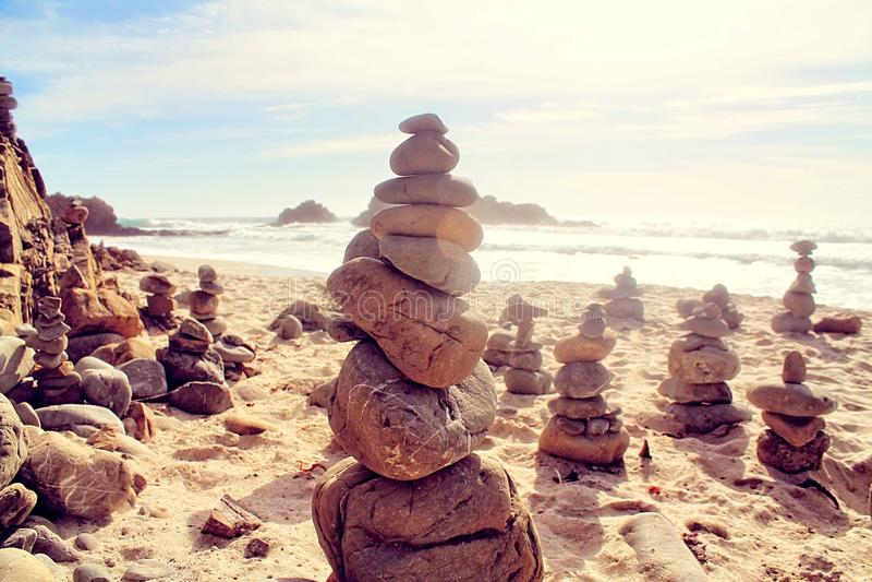 Roccia sulla spiaggia con il cielo nuvoloso fotografia stock libera da diritti