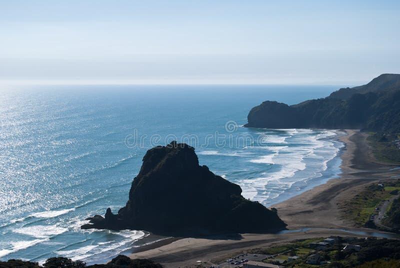 Roccia sulla spiaggia di Piha, Nuova Zelanda del leone immagini stock