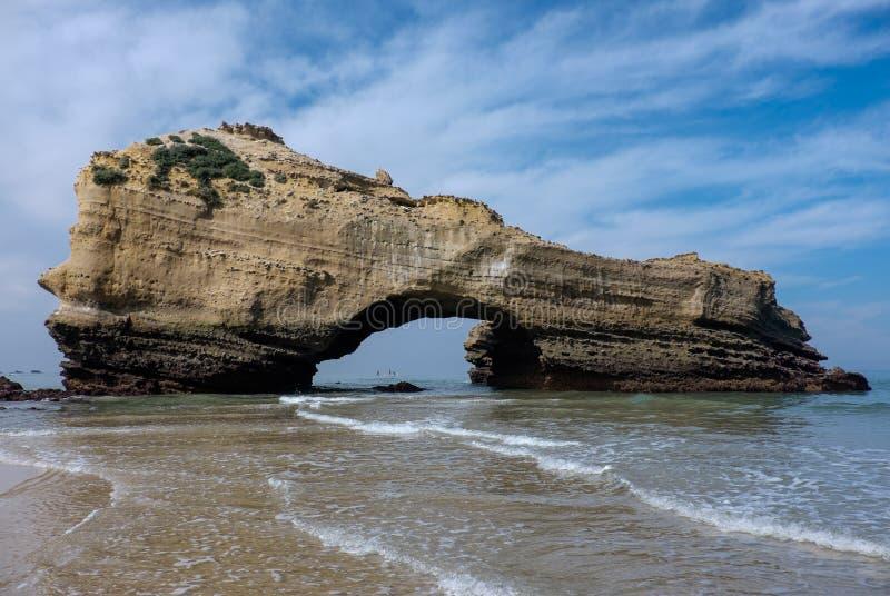Rocha arqueada na maré baixa na praia de Biarritz, França fotografia de stock royalty free