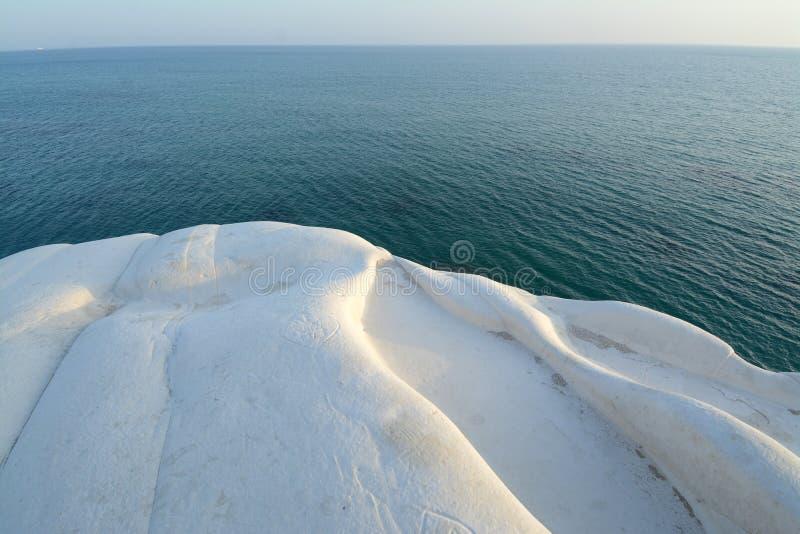 Rocha branca no mar foto de stock