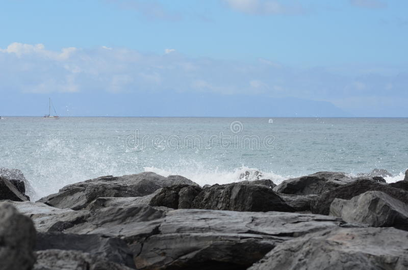 Rocha; céu; oceano; espirra imagens de stock royalty free