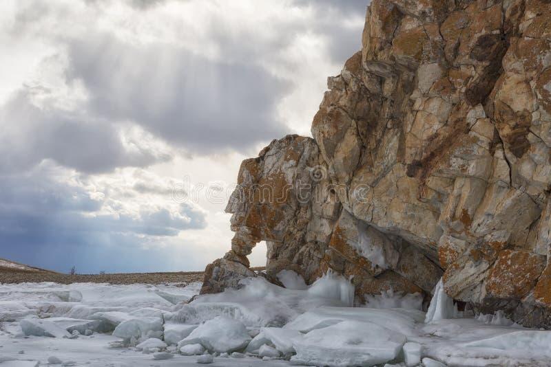 Rocha com as grutas no Lago Baikal fotografia de stock royalty free