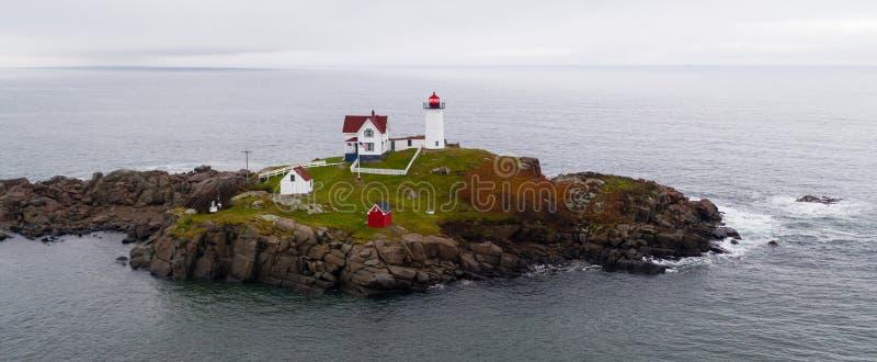 Rocha da ilha do Nubble do farol de Neddick do cabo em York Maine imagens de stock