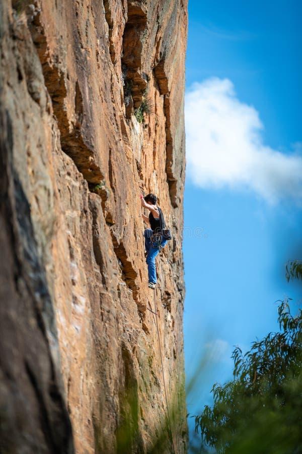 A rocha da mulher escala a cara vertical do penhasco no circuito de Ledge Porters Pass Centennial Glen das paredes foto de stock royalty free
