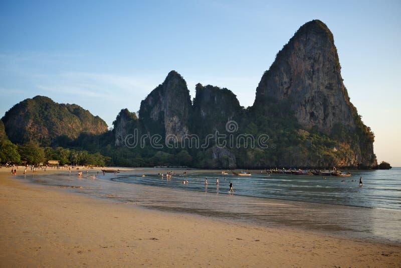 Rocha da pedra calcária e praia exótica fotos de stock royalty free