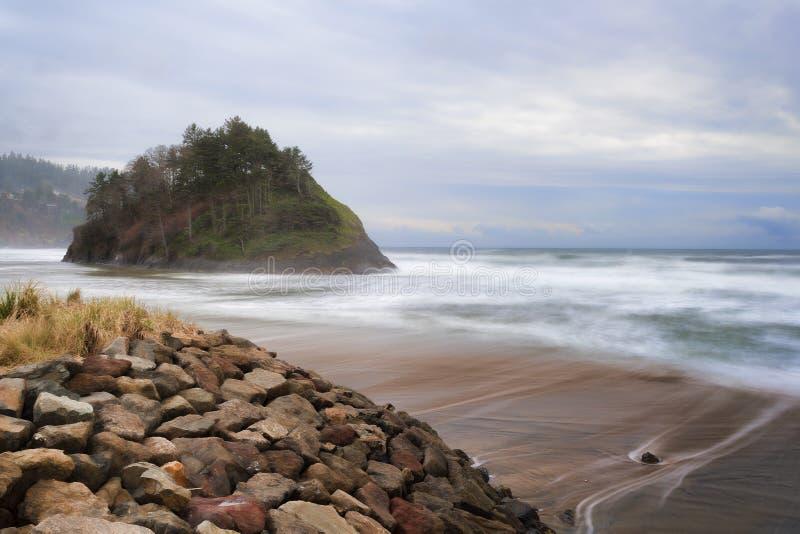 Rocha da proposta na costa de Oregon imagens de stock