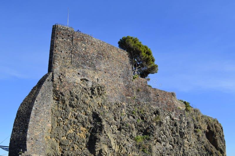 A rocha de Acicastello. imagem de stock