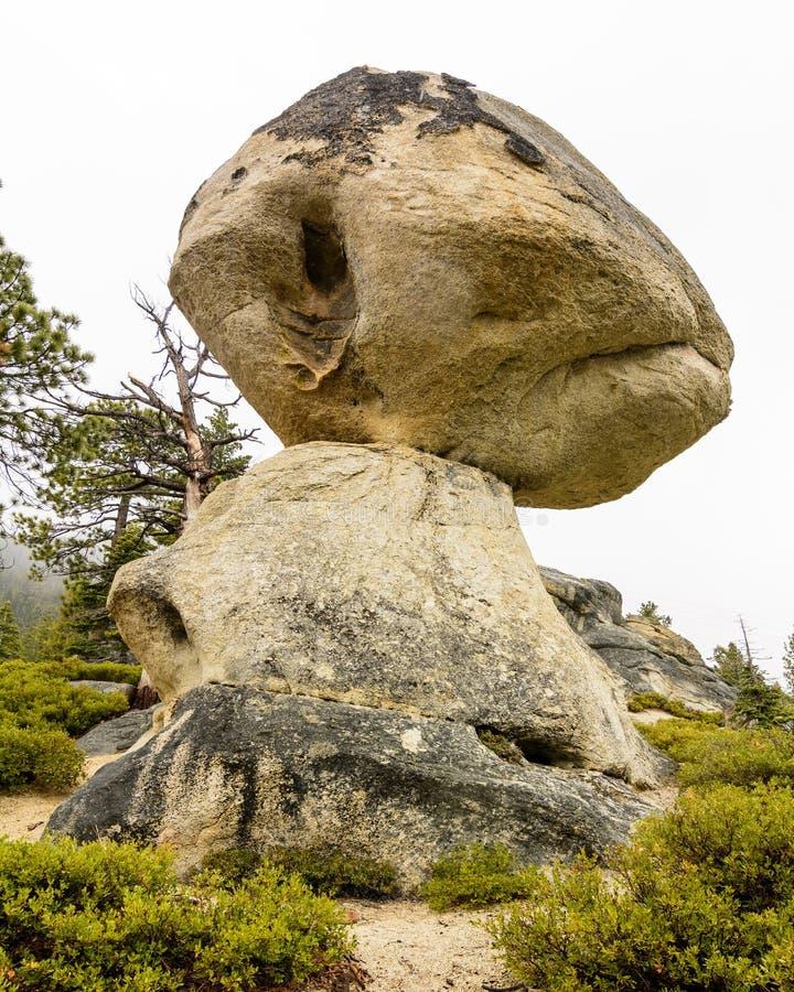 A rocha de equilíbrio em D L Bliss State Park, Califórnia fotografia de stock