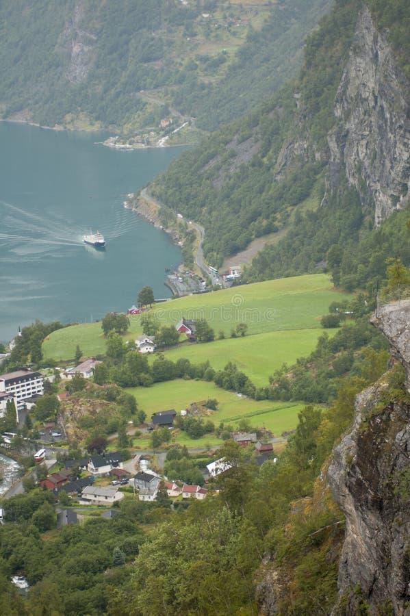 Rocha de Flydalsjuvet perto da opinião do fiorde de Geiranger de cima de foto de stock