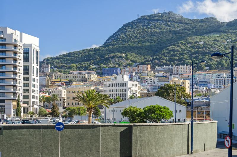 Rocha de Gibraltar e uma área densamente povoada da cidade no pé dele fotografia de stock royalty free