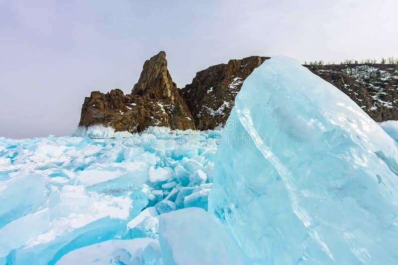 Rocha de Khoboy do cabo na ilha de Olkhon, o Lago Baikal, montes no inverno, Rússia do gelo, Sibéria fotos de stock royalty free