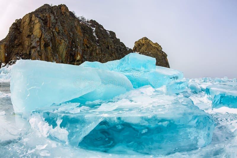 Rocha de Khoboy do cabo na ilha de Olkhon, o Lago Baikal, montes no inverno, Rússia do gelo, Sibéria fotos de stock