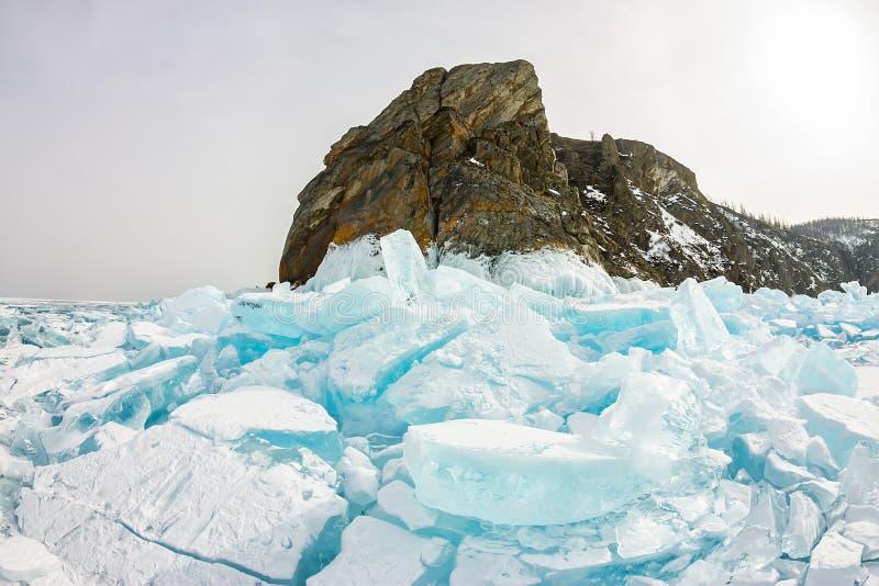 Rocha de Khoboy do cabo na ilha de Olkhon, o Lago Baikal, montes no inverno, Rússia do gelo, Sibéria fotografia de stock royalty free
