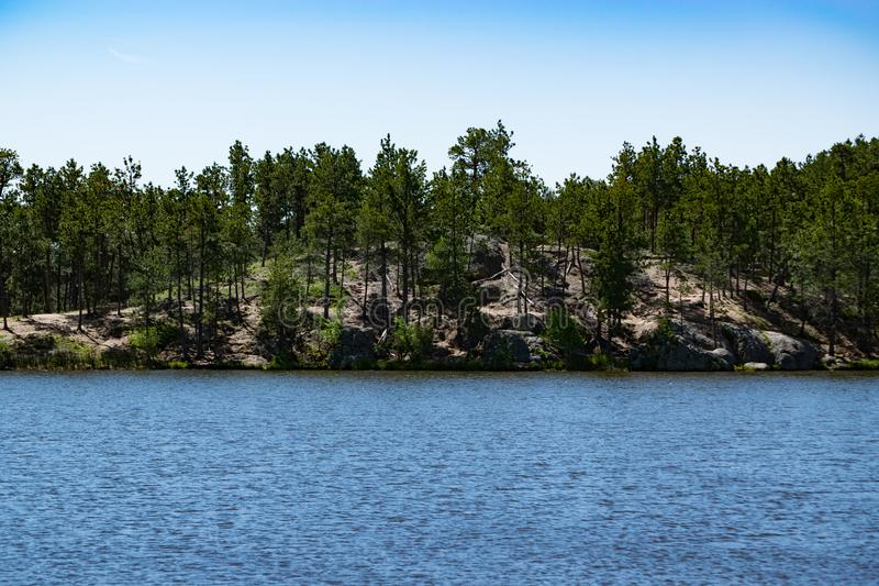 A rocha de Lenker na linha costeira distante de lago legion imagem de stock royalty free