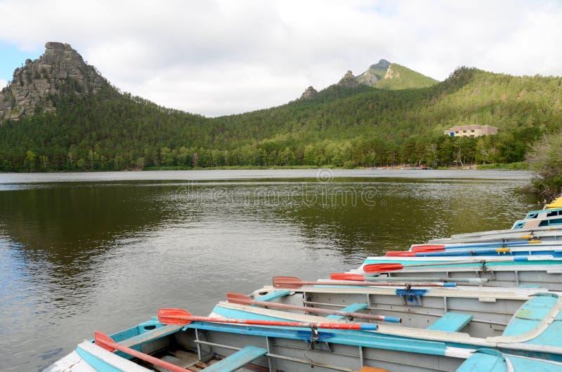 A rocha de Okzhetpes e o lago Borovoe, indicam o parque natural nacional fotografia de stock royalty free