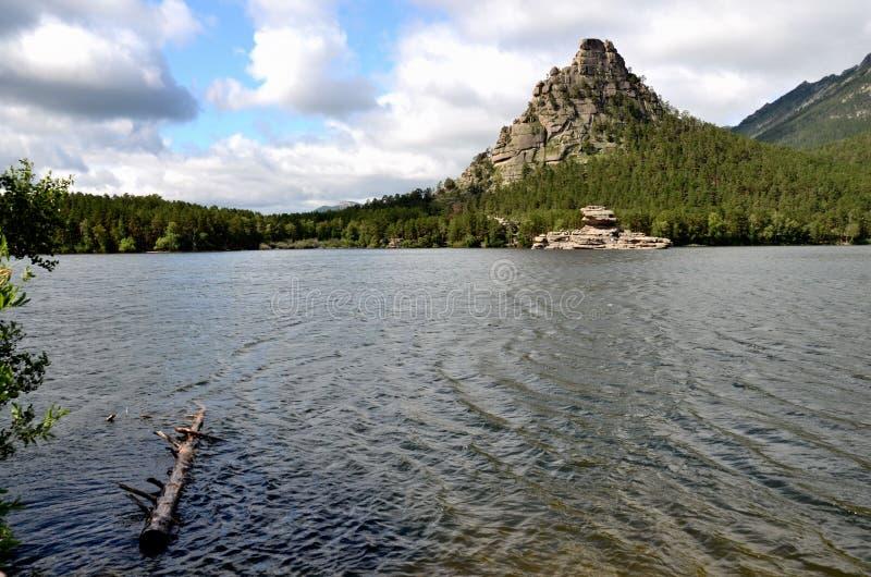A rocha de Okzhetpes e o lago Borovoe, indicam o parque natural nacional imagem de stock