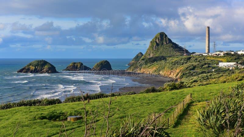 Rocha de Paritutu e ilhas próximas da rocha em Plymouth novo fotos de stock