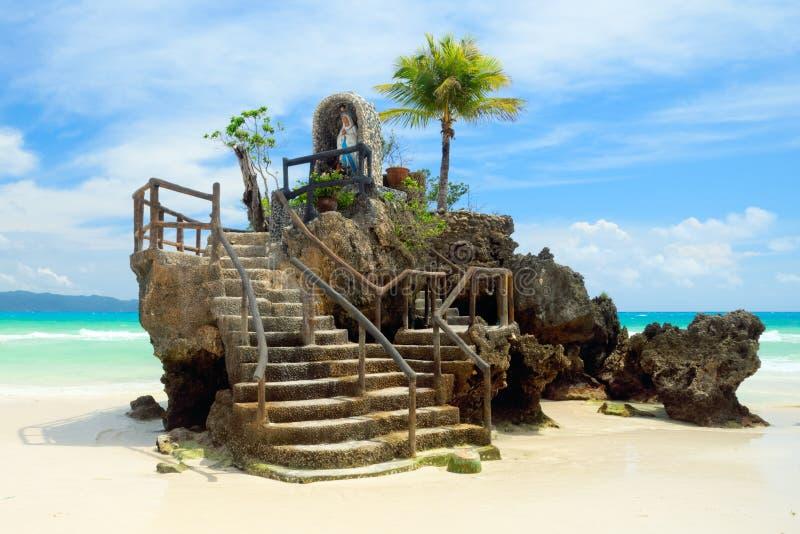 Rocha de Willy's na praia branca da ilha de Boracay, Filipinas imagens de stock