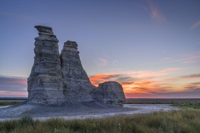 Rocha do castelo na pradaria de Kansas fotos de stock