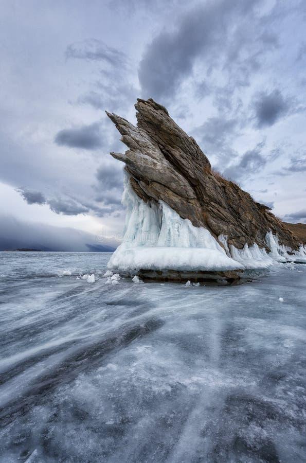 Rocha do dragão na ilha de Ogoy, lago Baikal no por do sol imagens de stock