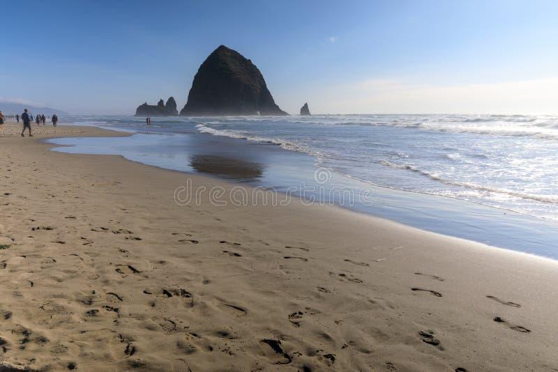 Rocha do monte de feno na praia do canhão, atração turística em Oregon fotos de stock