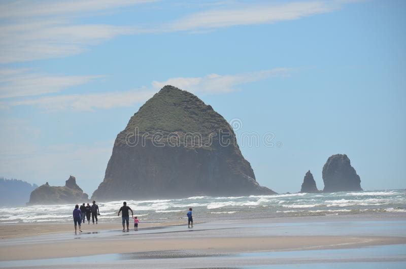 Rocha do monte de feno na praia do canhão, Oregon fotografia de stock