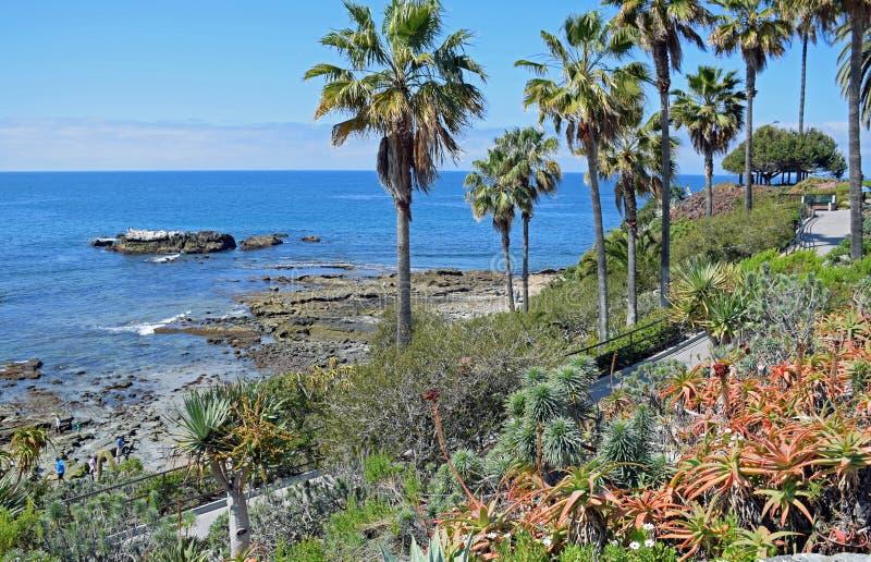 Rocha do pássaro abaixo do parque no Laguna Beach, Califórnia de Heisler imagem de stock royalty free