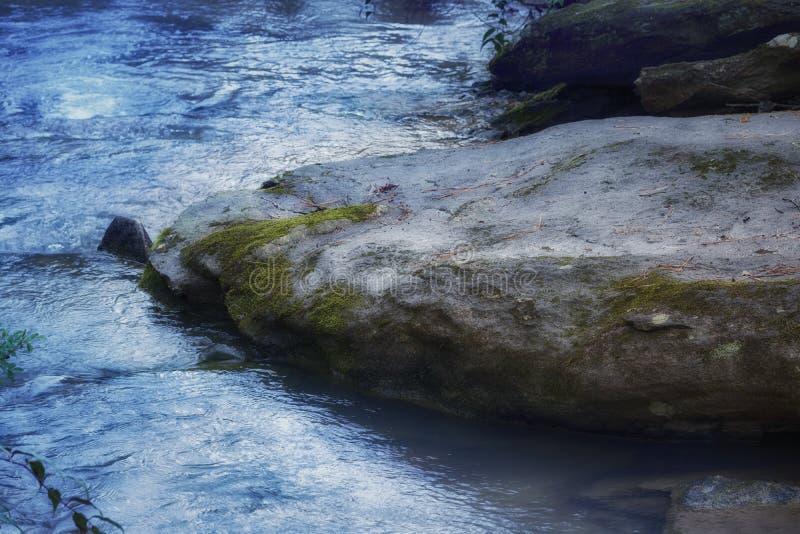 Rocha do ` pedregulho de rio do ` das idades do grande com água fria de fluxo imagens de stock