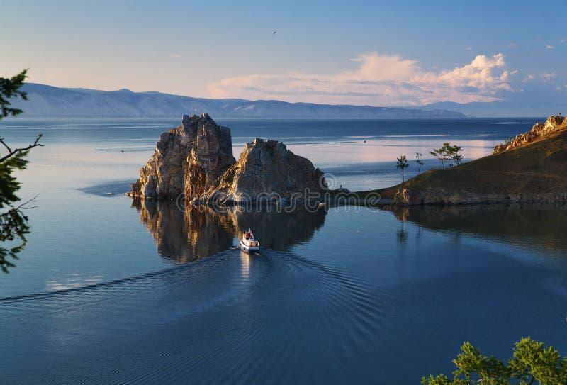 Rocha do Shaman no console de Olkhon no lago Baikal fotografia de stock