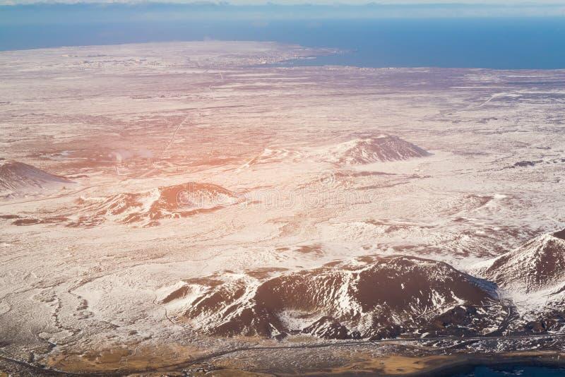 Rocha do vulcão do preto de Islândia da vista superior durante a estação do inverno imagens de stock royalty free