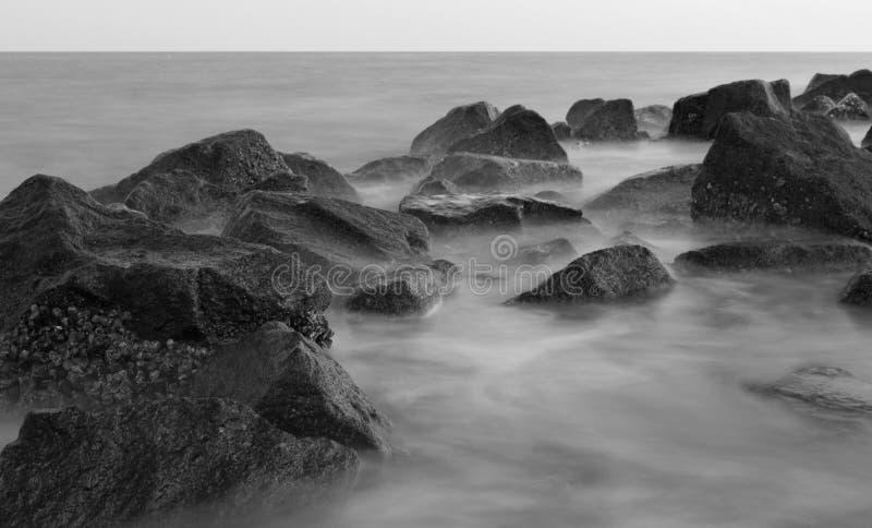 Rocha e água genéricas 2 greyscale imagens de stock