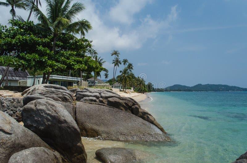 Rocha e praia tailandesa arenosa do paraíso em Koh Samui, Tailândia imagens de stock