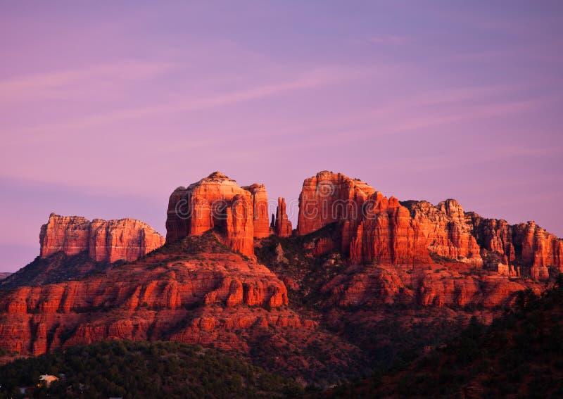Rocha em Sedona, o Arizona da catedral no por do sol foto de stock