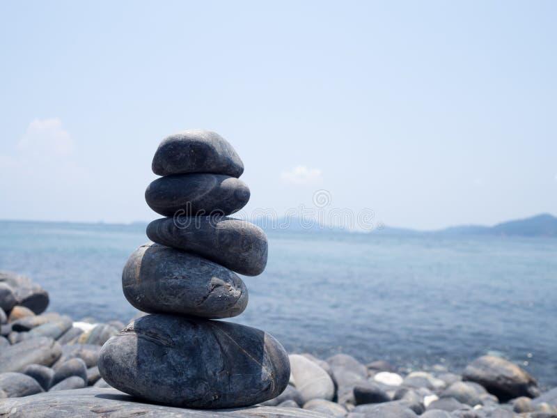 Rocha empilhada, pilha das pedras na costa do mar na natureza O equilíbrio da vida, termas apedreja o conceito da cena do tratame imagens de stock royalty free