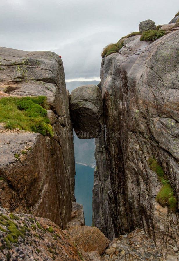 Rocha famosa Kjeragbolten & x28; Lysefjorden, Norway& x29; imagem de stock